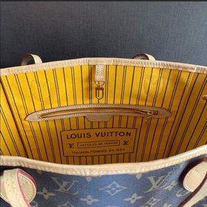 Louis Vuitton Bags - Louis Vuitton MM Neverfull tote.